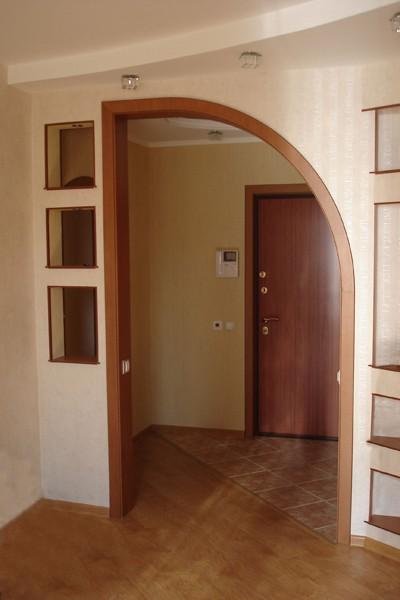 Обрамления дверного проема изготовленной под заказ аркой