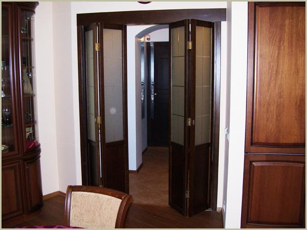 Складные двери книжка в качестве межкомнатной двери в гостинную