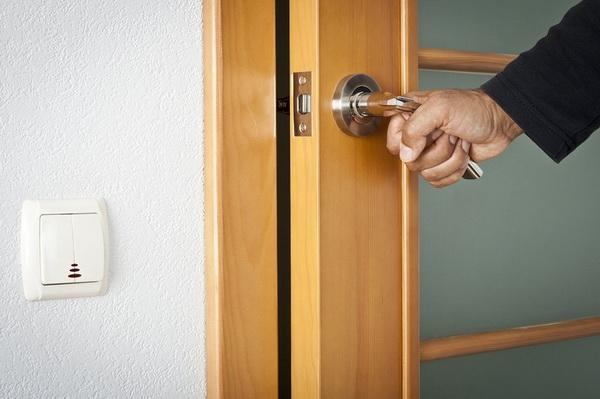 Двери должны закрываться и открываться без каких-либо тяжелых усилий со стороны человека