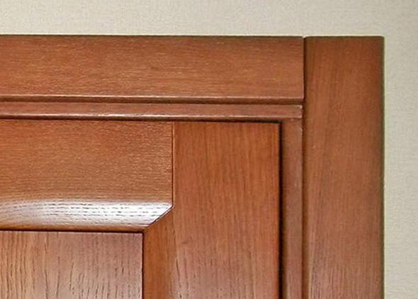 Между дверным полотном и коробкой должна быть идеально ровная щель