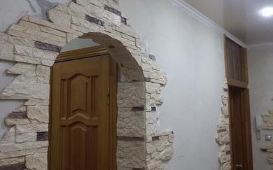 Декоративный камень в дверном проеме