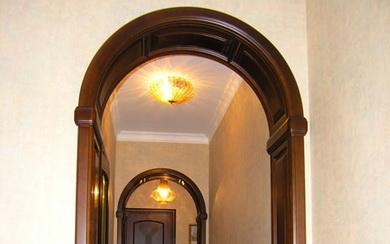 Деревянные арки в дверном проеме